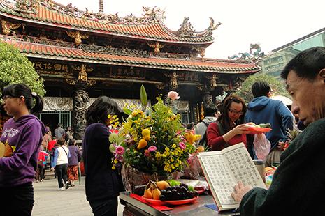 Le temple de Longshan, au centre de Taïpei, est l'un des plus vieux de la ville.