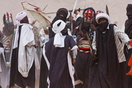 Les hommes dansent autour de la place muni de leur épée