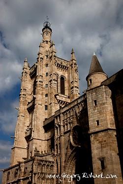 Eglise Saint Jean Baptiste bâtie en granit de 1471 à 1518. De style gothique flamboyant, elle fait partie des églises les plus belles d'Auvergne