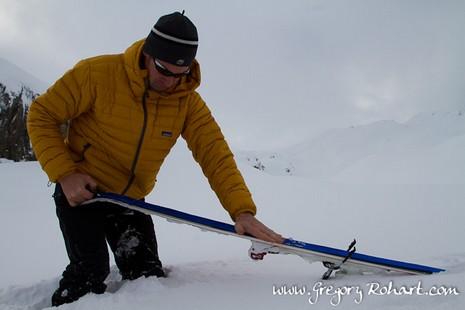 En ski de randonnée, il faut mettre les peaux de phoque avant de monter