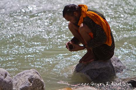 Pèlerin recueillant de l'eau du Gange près de Gangotri