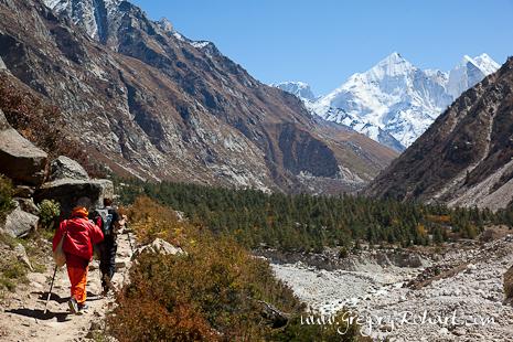 Pèlerins et trekkeurs utilisent le même chemin pour rejoindre les sources du Gange