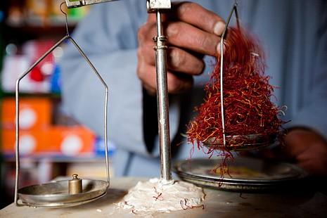 Le safran s'achète au gramme en raison de son prix élevé