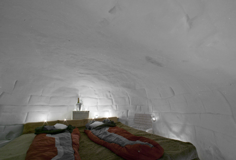 au pied de la reine meije passez la nuit dans un igloo de. Black Bedroom Furniture Sets. Home Design Ideas