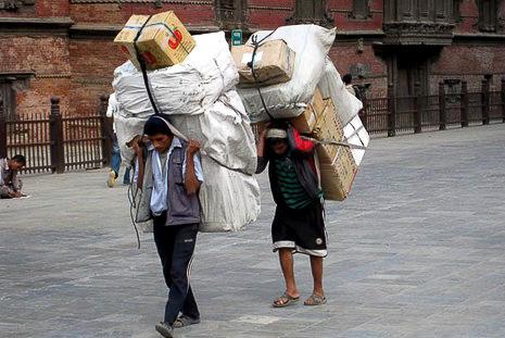 Porteur népalais dans Katmandou