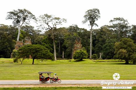 C'est en tuk-tuk qu'on se rend sur le site d'Angkor au Cambodge