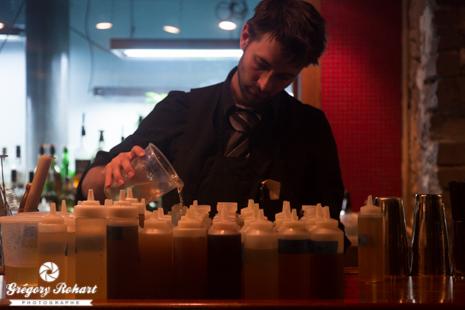 Derrière le barman du Green Russell, toutes sortes de plantes servent à composer des cocktails