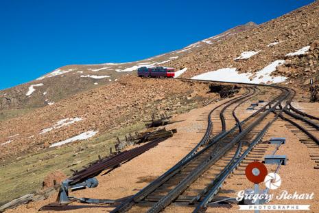 Le Pikes Peak Cog Railway monte à 14110 pieds depuis 1891