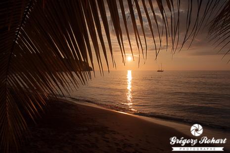 Coucher de soleil sur une plage de sable noir au sud de Portsmouth au nord de la Dominique