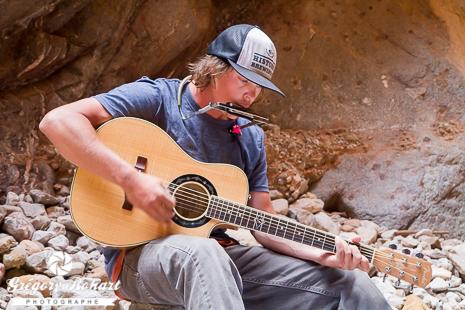 Ted et sa guitare pour un peu de country