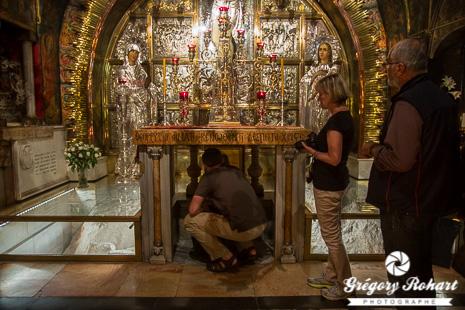 Les fidèles font la queue pour embrasser le tombeau du Christ dans la chapelle de l'ange de Saint-Sépulcre