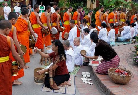 Procession bouddhiste à Luang Prabang