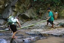 Adrien traversant une rivière