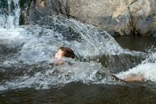 La rivière est un formidable terrain de jeu pour les enfants
