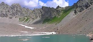Lac d'Eychauda et col des Grangettes en toile de fond