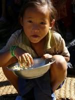 Jeune népalaise mangeant un dal-bhat
