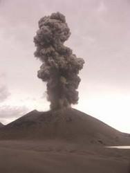Panache de cendres et de vapeur sur le Tavurvur