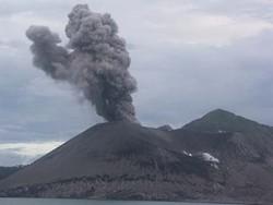 Tous les quarts d'heure, une éruption projette des cendres et des blocs