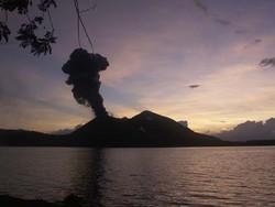 Vue sur le volcan de Tavurvur, au lever du soleil