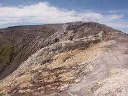 Vue sur l'arête du cratère du Pago