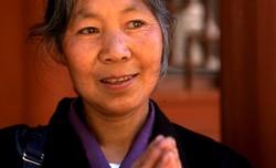 Femme qui accomplit depuis des mois son pèlerinage jusqu'au site de Binglingsi
