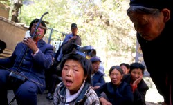 Jeune chanteuse, accompagnée par sa mère aveugle, au « Temple du haut » de Binglingsi.