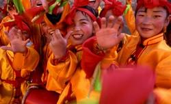 Procession enfantine, près de Zangye, pour la fête nationale du 1er juin, jour des enfants.