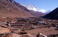 Dingpoche, face sud du Lhotse (8511 m) et Island Peak (6160 m) à l'extrême droite