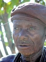 Himba à moitié aveugle comme de nombreux vieillards himbas
